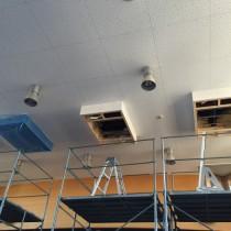 吉川市某幼稚園の空調機の設置作業中です